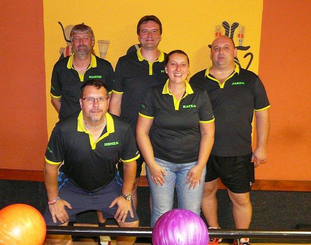 KDYŇSKOU BOWLINGOVOU LIGU hraje také Pohoda team, zde ve složení Martin Plzák, Jan Holinka, Petr Bušek, Kateřina Bušková a  Jaroslav Švejnoch.