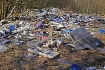 Černá skládka. Likvidace tun odpadků, které někdo navozil a stále vozí na soukromý pozemek, by majitele přišla na čtvrt milionu korun.