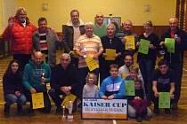 Společný snímek účastníků rodiného turnaje ve stolním tenisu Kaiser Cup.