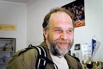 Jan Valeš. Holýšovský badatel nyní hledá písemné zmínky o nalezených pamětních deskách.