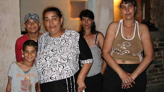 Marie Gažiová tvrdí, že se v Bělé bojí bydlet. Tato 55letá romská žena byla v sobotu vyděšena tím, co se stalo na dvorku jejich domu, kde bydlí i rodiny dcer s dětmi. Více než hodinu po incidentu ty nejmenší stále museli utěšovat, starší kluci zapózovali.