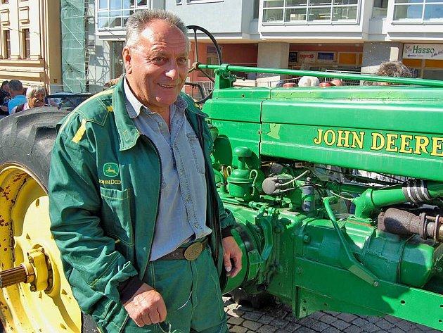 Josef Husník z Brnířova budí s traktorem John Deer všude patřičnou pozornost.