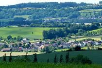 POHLED NA TLUMAČOV z Předního Vrchova nad Mrákovem. Čistírna má stát na okraji obce směrem k Mrákovu.