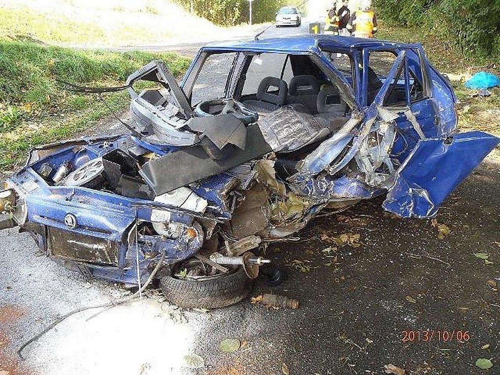 Auto zdemolované po nárazu do stromu.