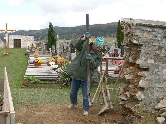 Oprava vstupní brány je první krok k následujícím opravám, které stanětický hřbitov ještě čekají.