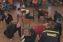 Zábavných soutěží v Osvračínském zámku se ´z donucení´ zúčastnili i dospělí hasiči.