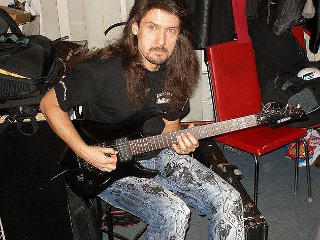 Victor Smolski zahraje v pátek v Domažlicích.