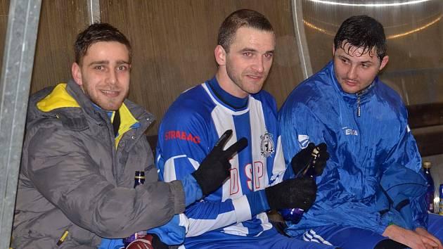 REMÍZA NA DOUBRAVCE. Fotbalisté Jiskry remizovali v úterním přípravném utkání s domácí Doubravkou 3:3. Na snímku jsou zleva Ivo Vojtko, stoper Marek Bauer a Lukáš Bezděk.
