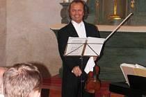 Václav Hudeček při koncertu v čečovickém kostele sv. Mikuláše