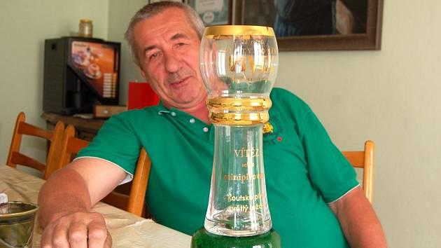 Bohuslav Hlavsa, hlavní sládek Koutského pivovaru, ukazuje ocenění z prestižní výstavy v Brně.