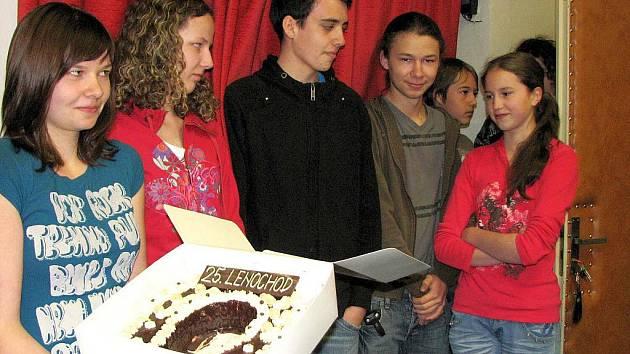Z předání dortu na Gymnáziu J. Š. Baara nejpočetněji zastoupené třídě v pochodu Lenochod.