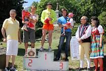 Druhý ročník Chodsko Grand Prix vyhrál v novém traťovém rekordu Martin Frei, druhý doběhl Petr Kamic a třetí byl Tomáš Kozina. Vlevo od stupínků vítězů stojí Luboš Hais, vpravo Václav Hrbáček s manželkou, majitelé generálního sponzora závodu, společnosti