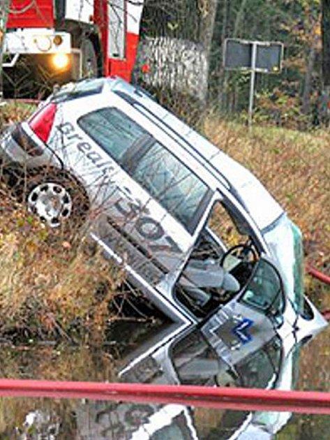 Jedna z mnoha nehod, když auto skončilo v Černém rybníku