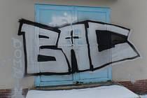Neznámý vandal ve Kdynil posprejoval budovy vodojemu a trafostanice