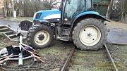 Traktor uvízl na železničním přejezdu v Domažlicích v Jiráskově ulici.