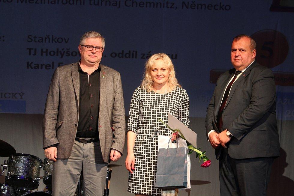 Dospělí - jednotlivci: za pátou zápasnici Terezu Konopíkovou převzala ocenění maminka.