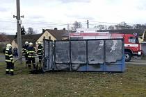 Hasiči museli zvládnout požár kontejneru.
