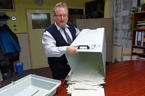 Z voleb do zastupitelstva obce Babylon. Krátce po sobotní 22. hodině předseda volební komise Roman Muhr rozpečetil a vysypal volební urnu.