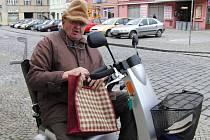 VÁCLAVU LUDVÍKOVI SKÚTŘÍK NAHRAZUJE NOHY. Jen jemu podobní, kteří se stali ve stáří méně mobilními, dokáží ocenit pomoc a vstřícnost lidí, kteří jejich ´druhé nohy´ dokáží udržet v provozuschopném stavu.