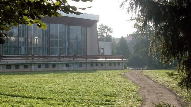 Díky štěrkové cestě za Plaveckým bazénem v Domažlicích už není třeba chodit přes staveniště
