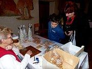 Domažlická seniorka se s perníčky zúčastnila Vánoční výstavy v Puclické tvrzi.