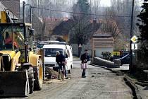 Z opravy silnice Trhanov-Chodov. Druhý den po začátku prací byla v úseku z valné části už odstraněna vrchní asfaltová vrstva. Silnice dostane i novou podkladní vrstvu, aby snesla nákladní dopravu mířící zejména na trhanovskou pilu. Místní musí strpět stav