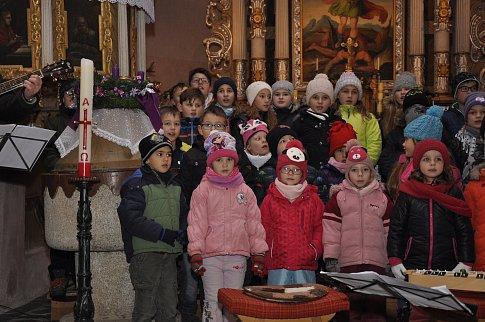 Zpívání koled meclovskými školáky.