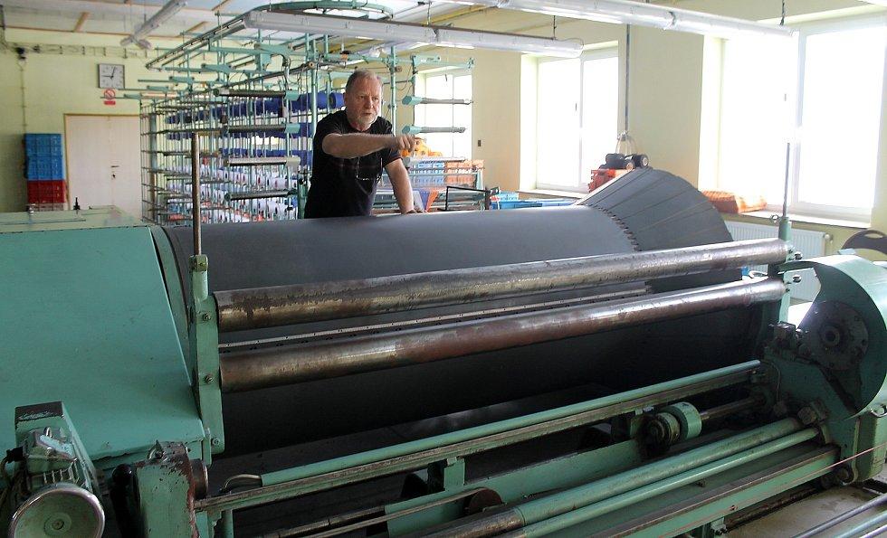 Majitel rodinné firmy Kanafas Zbyněk Strnad (na snímku), která v Postřekově vyrábí látku s typickými barevnými proužky či kostkami.