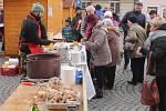 DLOUHÉ FRONTY  lidí  čekaly na oblíbené vepřové pochoutky. Velké množství zabijačkových výrobků se na náměstí prodávalo do pozdního  odpoledne.