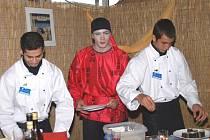 Učni z Hostouňské střední školy připravovali a servírovali na gastronomickém festivalu Gastrofest v Českých Budějovicích japonské sushi v dobových kostýmech