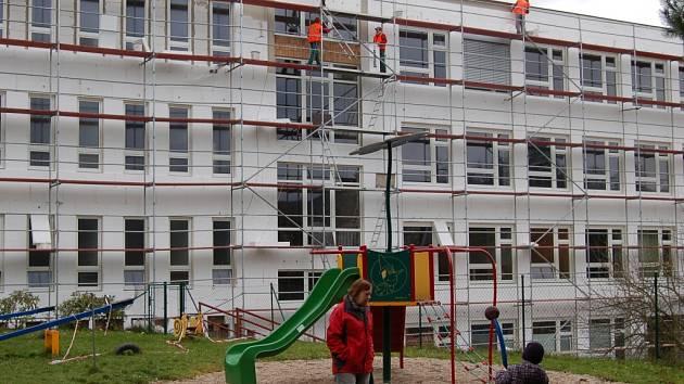 Na budově prvního stupně ve středu dělníci už zateplovali fasádu s novými okny.