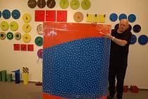 Václav Sika instaluje svoji výstavu v domažlické galerii.