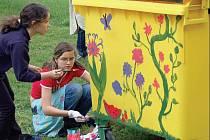 Žáci výtvarných oborů Základní umělecké školy v Horšovském Týně se rádi zhostili úkolu, kterým je pověřila radnice. Nové kontejnery na rostlinný biologicky rozložitelný odpad pomalovali rostlinnými motivy tak, aby bylo každému jasné, k čemu jsou určeny.