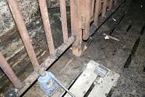 HOŘET ZAČALO při údržbářských pracích před výměnou roštů na stání v kotcích pro dobytek.