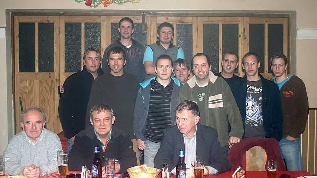 Fotbalisté z TJ Sokol Poděvousy se v sobotu sešli na výroční schůzi v místní hospůdce U souseda.