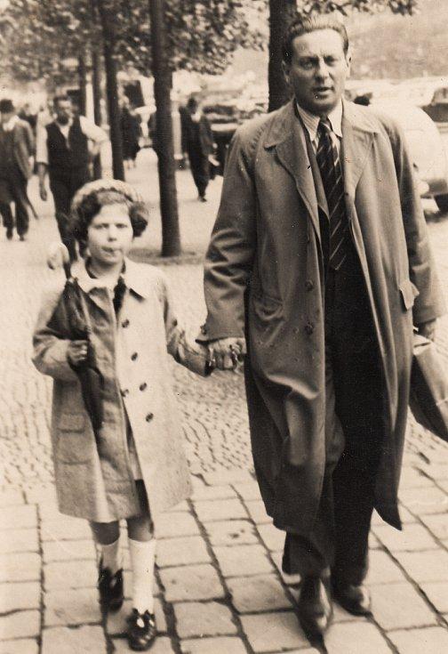 Eva Erbenová, rozená Löwidtová, s tatínkem v Praze roku 1937 nebo 1938.