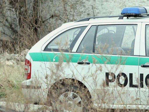 Známé policejní auto muselo dojet do holýšovské fdirmy, kde jeho osádka šetřila krádeže strojních součástí a materiálu. Zlodějové by firmu doslova ´roznesli´.