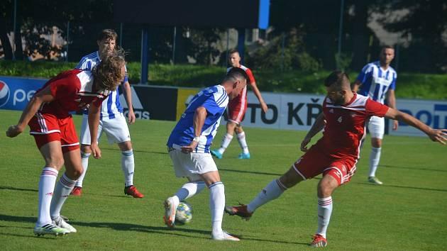Egon Vůch (v modrém u míče) si zahrál za Jiskru Domažlice v posledním přípravném utkání před MOL Cupem proti SK Petřín Plzeň a při výhře 6:2 byl autorem jednoho z domácích gólů.