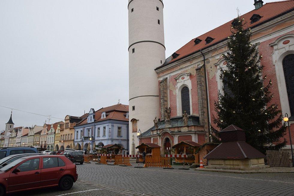 Stánky na náměstí hlásí malou návštěvnost, chybí svařák.