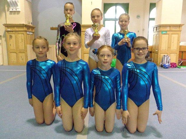 Na snímku jsou zleva nahoře Markéta Dufková, Vanessa Kocková, Tereza Kočí, dole jsou Sára Schmidtová, Šarlota Bauerová, Tereza Schirová a Nelly Brožová.