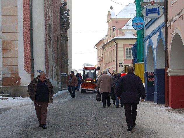 Prostranství před domažlickým kostelem.