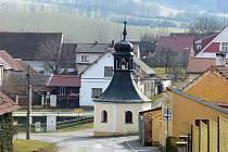 Lidi přijíždějící do obce od Domažlic vítá v Tlumačově tato kaplička.