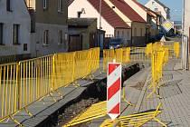 ŽIŽKOVA ULICE. Vloni byla rozkopána z důvodu výstavby kanalizace a vodovodu, teď se dočká konečných úprav povrchů.