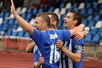 Domažličtí Petři slaví aneb Petr Mužík a Petr Došlý se radují ze vstřeleného gólu do sítě SK Horní Měcholupy.