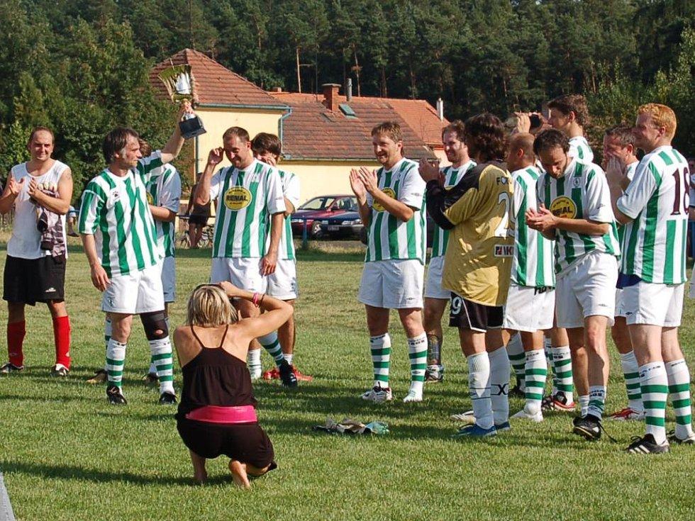 Pohár letos připadl FC Pražský nářez, nad hlavu ho zvedá Ivan Trojan. Foto: Miroslava Vlčková