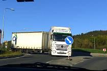 Z úprav hraničního přechodu Folmava, kde se jezdí po provizorní komunikaci. Tiráci se mají co ´točit´.