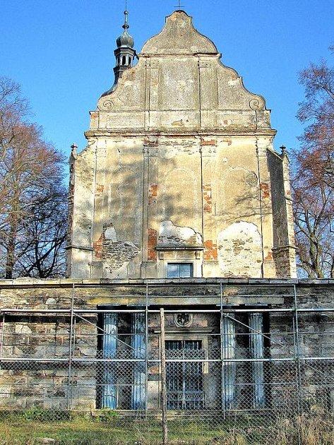 Do předsíně trauttmansdorffské hrobky na svaté Anně zatékalo. Opravy tomu mají zabránit a zároveň je jejich cílem i rekonstrukce terasy.