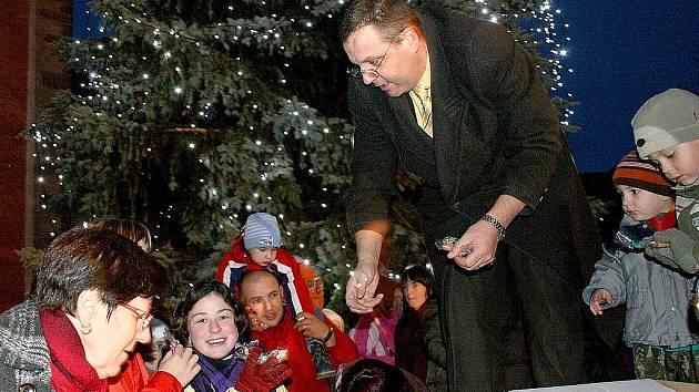 Slavnostní rozsvícení vánočního stromu na domažlickém náměstí a zpívání koled.