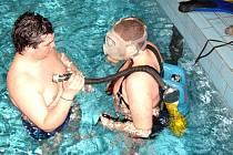 Výcvik domažlických hasičů pod vodou v bazénu.