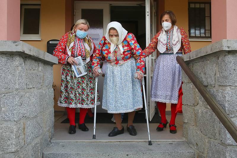 V Mrákově přišla k volbám do sněmovny i dvaadevadesátiletá Marie Mlezivová. Společně se svými průvodkyněmi se oblékly do tradičních chodských krojů.